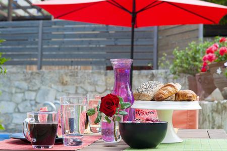 healthy breakfast at pool side Stockfoto