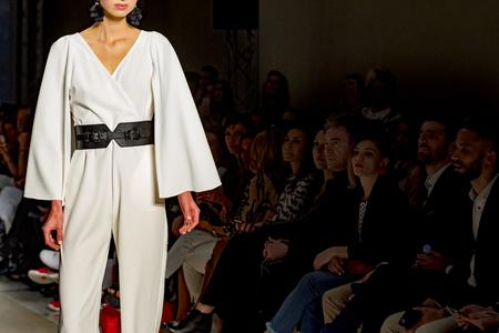 vrouwelijk model poseren tijdens catwalk Stockfoto