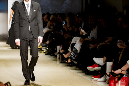 mannelijk model tijdens catwalk in een modeshow