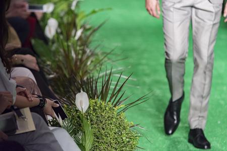 männliches Model während des Laufstegs in einer Modenschau