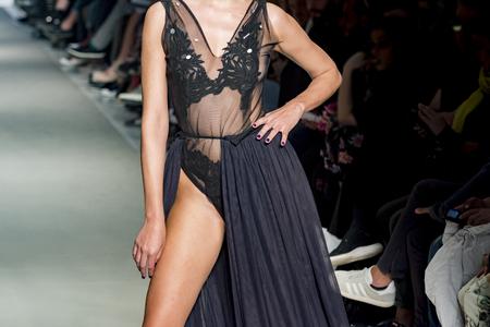 female model posing during catwalk Zdjęcie Seryjne - 123518666
