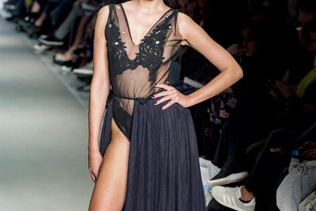 female model posing during catwalk Zdjęcie Seryjne - 123518668