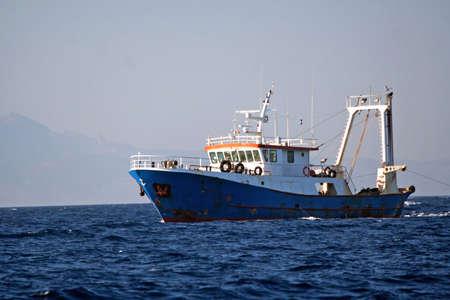 redes de pesca: Fisher barco en el mar  Foto de archivo