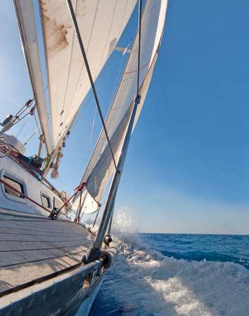 bateau voile: Voilier dans le ciel de la mer, bleu Banque d'images