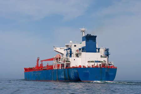 Tanker zeilen in de zee met water spatten van motor Stockfoto - 8504468