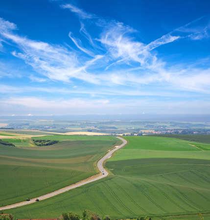 Landelijke scène met wolken, blauwe hemel en green meadows Stockfoto - 8625939