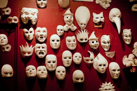 masked woman: M�scaras de Venecia de blanco en el muro rojo  Foto de archivo