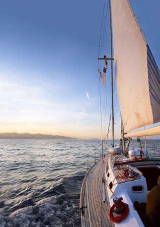 Sailing boat in de zee bij de dageraad