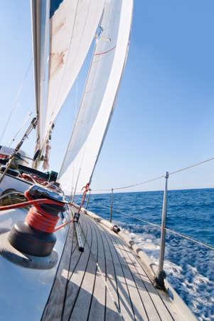 bateau de course: Yacht voile dans la mer en journ�e ensoleill�e