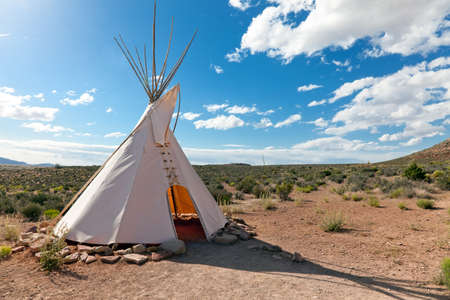 Teepee en pradera estadounidense cerca de Grand Canyon Skywalk construir por la tribu Hulapai  Foto de archivo