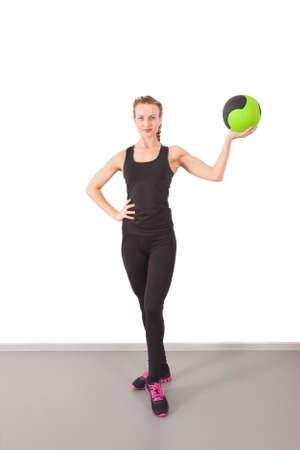 baloncesto chica: Entrenamiento atlético joven con la bola verde en el gimnasio Foto de archivo