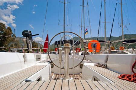 helm boat: Dirigir y br?a en el barco de vela Foto de archivo