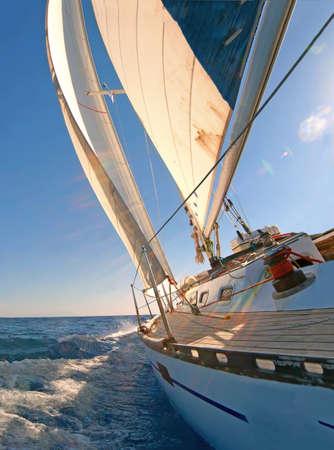bateau de course: Voilier en mer bleu Banque d'images