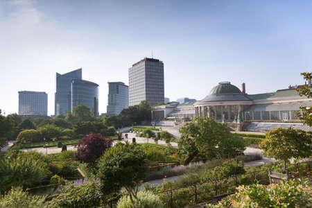 Weinlese-Statuen und moderne Gebäude in den Park Botanique, Brüssel, Belgien Standard-Bild