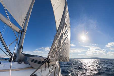 海での航行ボートの広角ビュー 写真素材