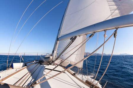 bateau de course: Bateau à voile grand angle de vue dans la mer