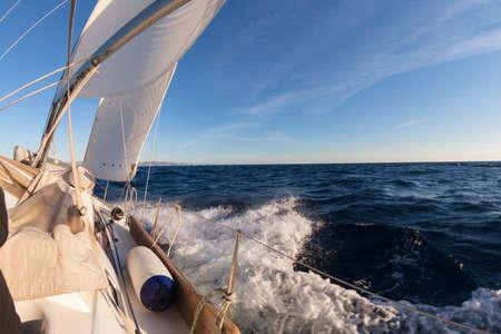 bateau voile: Voilier dans la mer.