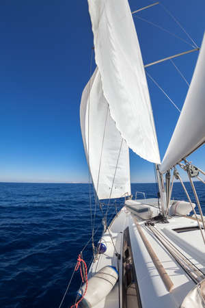 bateau de course: Voilier large angle de vue dans la mer