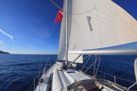 オープン青い海でセーリング ボート