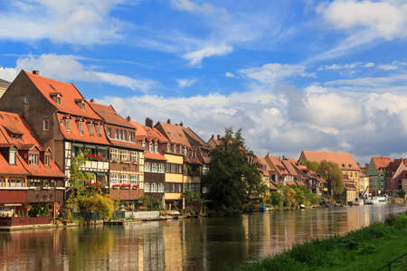 ladrillo: River y de la vendimia casas en Bamberg, Alemania Editorial