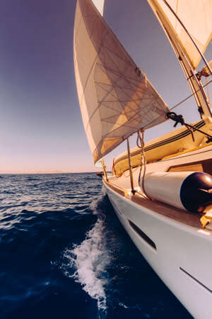 bateau de course: Voilier large angle de vue dans la mer, Instagram tonifiant au coucher du soleil Banque d'images