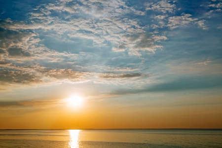 frio: Puesta de sol con rayos de sol y nubes, tonificación Instagram fría