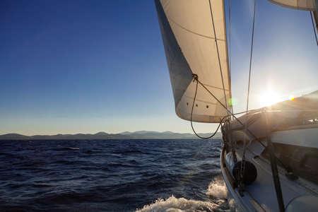 夕焼けの海でのレガッタ中にヨット作物 instagram の調子を整える