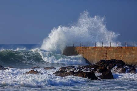 Wave splash near the pier of lighthouse, Porto, Portugal Stockfoto