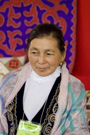 International Folk Kunstmarkt statt jährlich in Santa Fe, New Mexico, USA, eine Frau aus Kasachstan Standard-Bild - 11691673