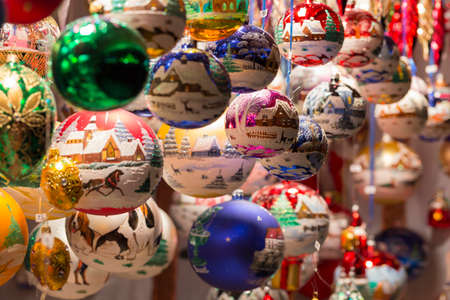 Mooie met de hand gemaakte die Kerstmisboomballen en decoratie bij een tribune van de Kerstmismarkt worden getoond Stockfoto