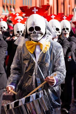Marktplatz, Basel, Switzerland - March 13th, 2019. Portrait of a carnival snare drummer with a skull shaped mask Reklamní fotografie - 124413332