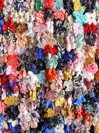 sunday market: Multicolor arco espect�culo cinta de a bordo en el mercado de Domingo.