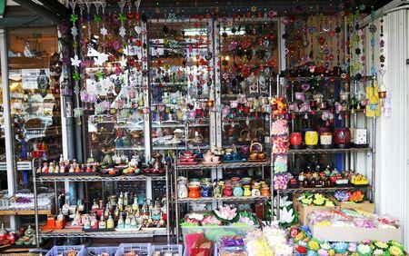 sunday market: Colorido mercado de Domingo de flores artificiales.