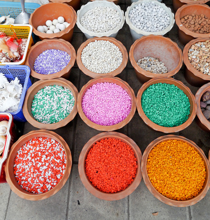 nicked: Piedras de colores para pecera. Foto de archivo