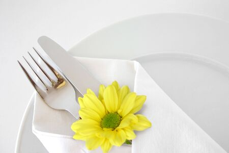 catering table: Place setting with yellow daisy Stock Photo