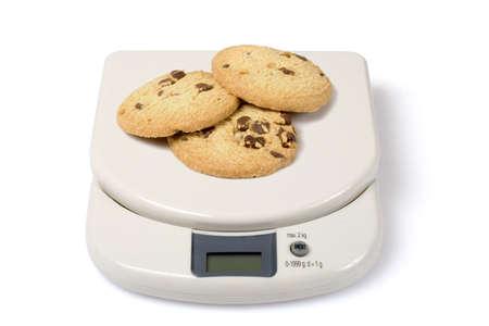 kilo: Escala con cookies aislados durante un fondo blanco. Compruebe otras fotos en la serie.