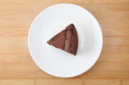 piece of chocolate cake gateau chocola on a plate on cutting board Banque d'images