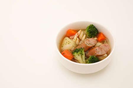 Pot-au-feu soupe de saucisses de légumes isolé sur fond blanc