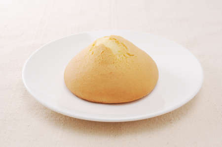 amashoku japanese biscuit scone bread on plate on table Foto de archivo