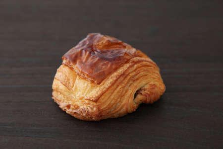 french bread pain au chocolat chocolate croissant on wood table Banque d'images - 124927285