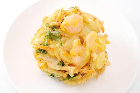 kakiage tempura shrimp vegetable on plate on white background Imagens - 124927296