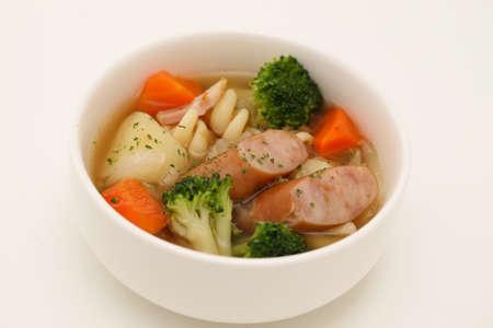 Pot-au-feu-Gemüse Wurstsuppe isoliert auf weißem Hintergrund Standard-Bild
