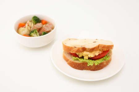 Sandwich avec laitue tomate oeuf avec soupe de légumes isolé sur fond blanc