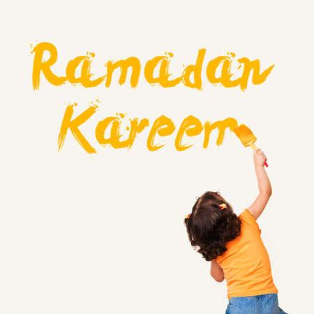 petite fille musulmane: Cute petite fille musulmane dessin Ramadan Kareem avec une brosse de peinture sur le mur de fond