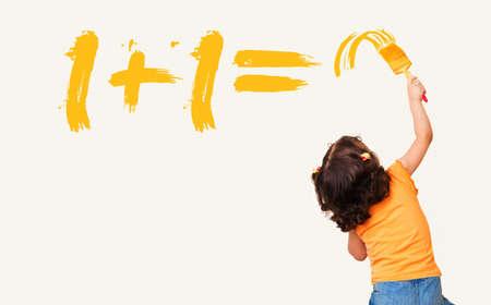 Intelligente kleines Mädchen die richtige Antwort für mathematische Gleichung mit Malerei Pinsel Schreiben