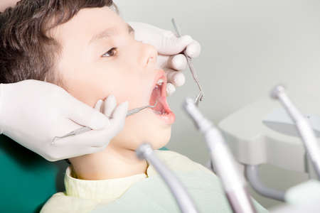 Dentist examining kid's teeth at dental clinic Standard-Bild