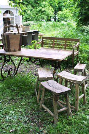 stile country: parco di mobili in legno in stile rustico