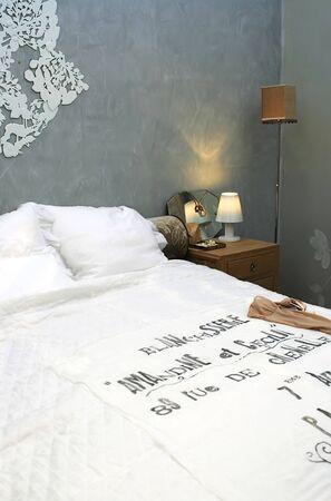 interior de la habitaci�n para dormir la noche con luz  Foto de archivo - 2273596
