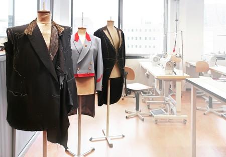 industria tessile: sul posto di lavoro con manichini cucire Archivio Fotografico