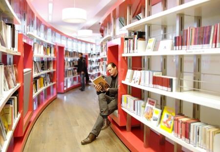 biblioteca: hombre en la lectura de la biblioteca